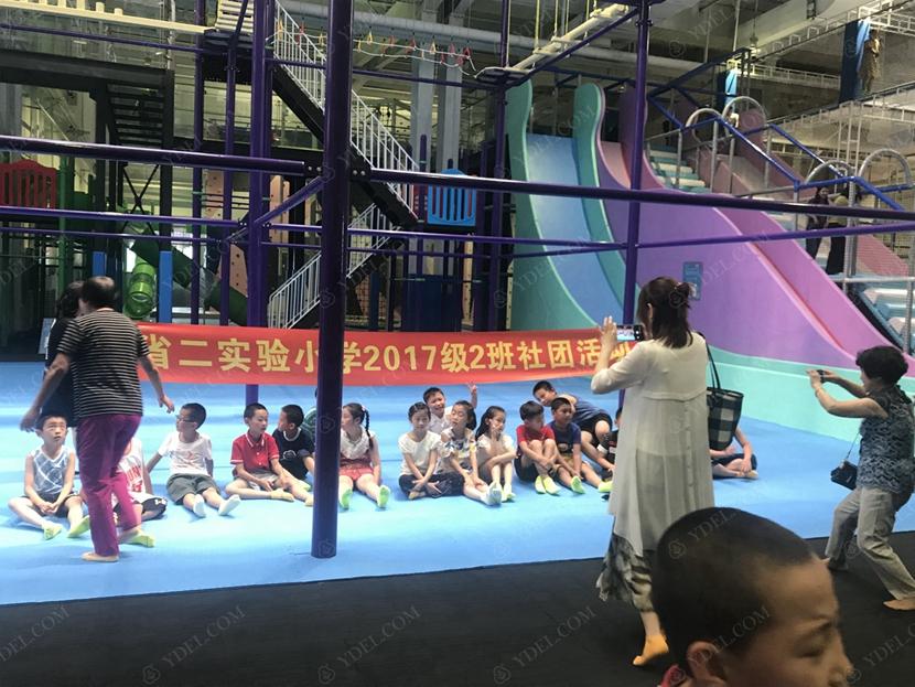 儿童游玩合影